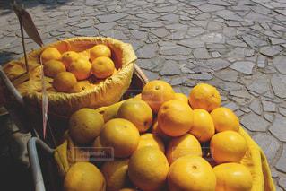 テーブルの上のオレンジのボウル - No.898378