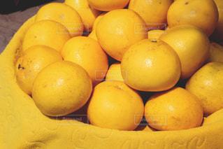 テーブルの上に座ってオレンジの山の写真・画像素材[898382]