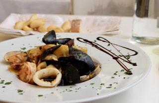 テーブルの上に食べ物のプレートの写真・画像素材[910309]