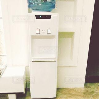 部屋に座っている白い冷蔵庫冷凍庫の写真・画像素材[913016]