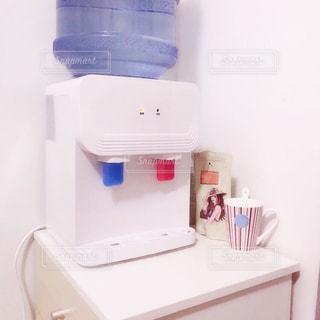 バスルームに座っている白い冷蔵庫冷凍庫の写真・画像素材[913075]