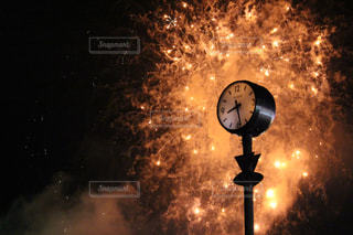 夜に時計を持っているポールの写真・画像素材[914254]