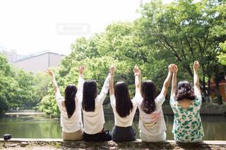 女性,10代,空,ロングヘア,木,屋外,緑,後ろ姿,川辺,女の子,樹木,未来,ポジティブ,目標,5人,可能性
