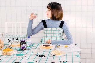 朝ごはんを食べている女性の写真・画像素材[1631930]