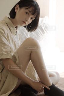 ベッドの上に座っている人の写真・画像素材[1799565]