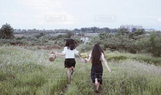 草の覆われてフィールド上に立っている人の写真・画像素材[1852054]