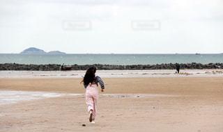 1人,10代,アウトドア,海,スポーツ,屋外,砂,ビーチ,海辺,海岸,女子,女の子,走る,元気,ジョギング,ランニング,運動,青春,ライフスタイル,岸,岸辺