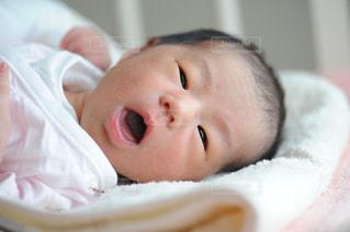 大きく口を開けた赤ちゃん - No.894361