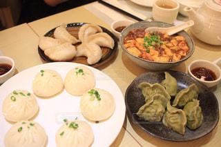 テーブルな皿の上に食べ物のプレートをトッピングの写真・画像素材[913968]