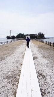 砂浜の上に立っている人の写真・画像素材[925643]