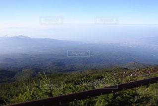 背景の大きな山のビューの写真・画像素材[1103539]