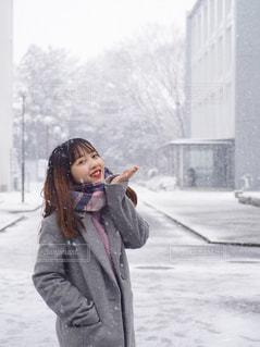 雪の覆われた道を歩いている人の写真・画像素材[1755736]