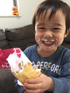 ホットドッグを食べる少年の写真・画像素材[1170584]