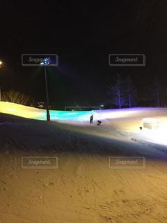 夜スケート ボードでトリックをしている男 - No.894746
