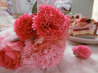 テーブルの上のピンクの花の写真・画像素材[895738]