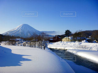 雪に覆われた山の写真・画像素材[899722]