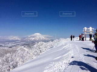 雪に覆われた山の写真・画像素材[933487]