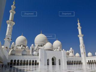 シェイク ・ ザーイド ・ モスクとビルを背景に、大きな白いの写真・画像素材[1014471]