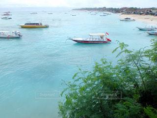 水の体の小さなボートの写真・画像素材[1201114]