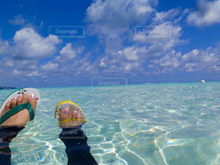 体内の水を泳いでいる人の写真・画像素材[1385154]