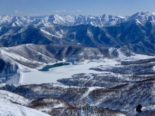 雪に覆われた山の写真・画像素材[1694919]