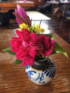 木製のテーブルの上に座って花の花瓶の写真・画像素材[898062]