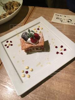 テーブルの上の皿にケーキの写真・画像素材[898319]