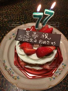 テーブルにバースデー ケーキのプレートの写真・画像素材[898325]