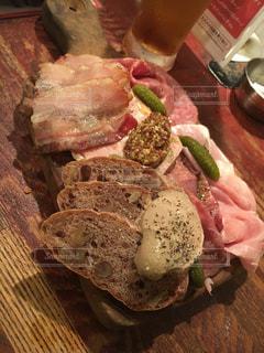 木製テーブルの上の肉の部分の写真・画像素材[899959]
