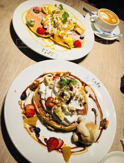 テーブルの上に食べ物のプレートの写真・画像素材[902959]