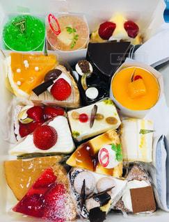 テーブルの上に食べ物の種類でいっぱいのボックスの写真・画像素材[903016]
