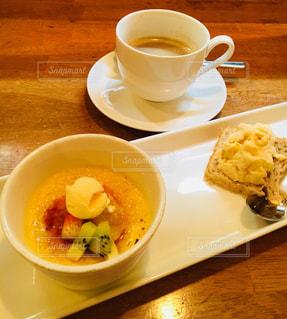 食品とコーヒーのカップのプレートの写真・画像素材[907168]