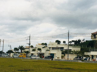 背景の木と大規模なグリーン フィールドの写真・画像素材[907221]