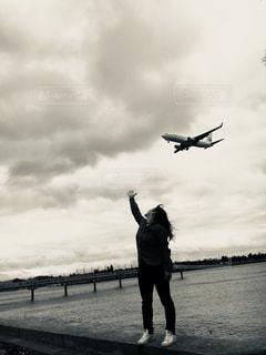 空を飛んでいる飛行機の写真・画像素材[908412]