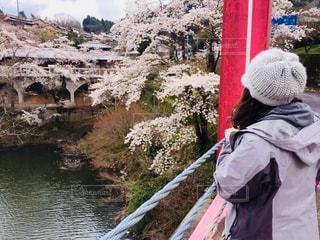 川の横に立っている女性の写真・画像素材[911630]