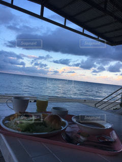 ビーチで朝食の写真・画像素材[1153615]