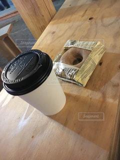 木製テーブルの上のコーヒー カップの写真・画像素材[1163284]