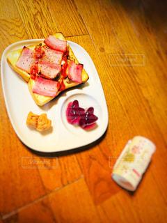 テーブルの上に食べ物のプレートの写真・画像素材[1164049]