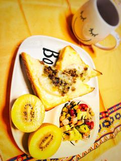 一杯のコーヒーと皿にバナナの写真・画像素材[1164095]