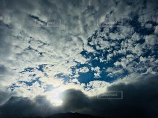 雲に隠れた太陽の写真・画像素材[1686202]