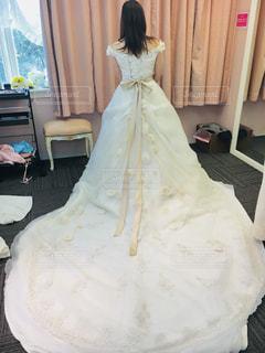 女性,屋内,後ろ姿,結婚式,ドレス,人物,背中,人,前撮り,衣装合わせ,ウェディング,結婚式ドレス