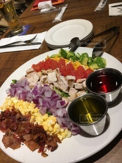 食べ物の皿をテーブルの上に置くの写真・画像素材[3894558]