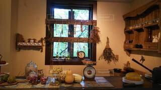家具と花瓶で満たされた部屋の写真・画像素材[3910060]