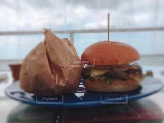 皿の上のサンドイッチのクローズアップの写真・画像素材[3916069]