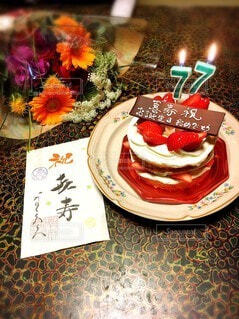 皿の上にケーキが置いてテーブルの写真・画像素材[3922809]