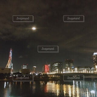 水の体に架かる橋の写真・画像素材[3936674]