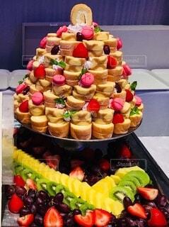 皿の上にたくさんの食べ物があるの写真・画像素材[3979705]