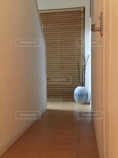 ドアの隣のタイル張りの床の眺めの写真・画像素材[4379500]
