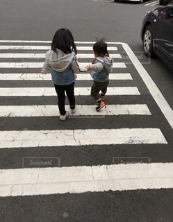 仲良し姉弟の写真・画像素材[1031452]