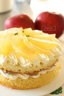 近くに皿の上のケーキのアップの写真・画像素材[902280]